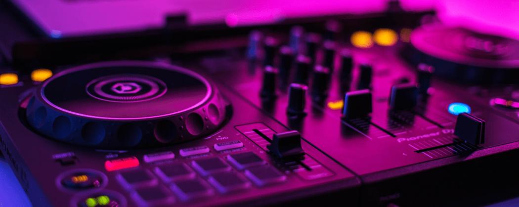De 4 beste DJ controllers voor beginners uitgelicht