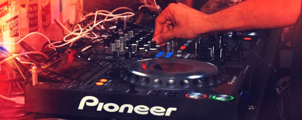 Ik wil DJ worden, wat heb ik nodig en waar moet ik beginnen?